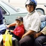 gezin op scooter